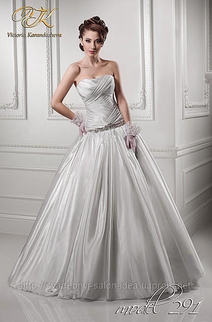 Brautkleid aus Satin mit Drapierung