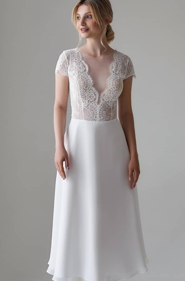 Kurzes Brautkleid mit V-Ausschnitt